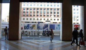 L'installazione artistica nel cantiere M4 di San Babila, Milano